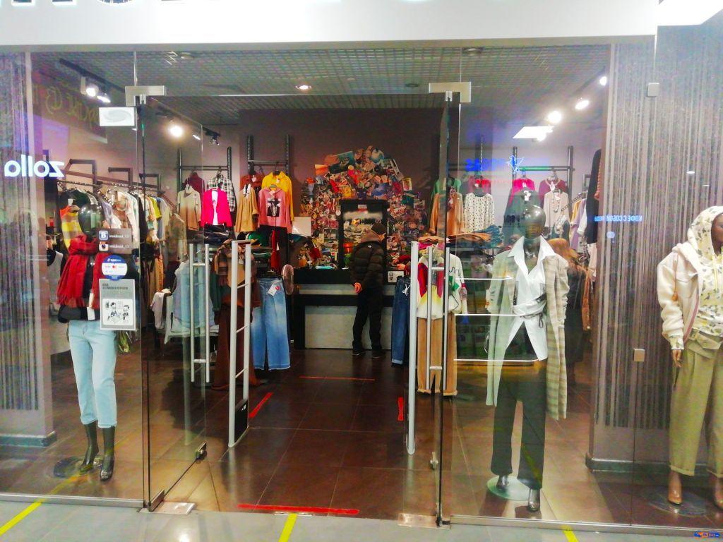 Магазин женской одежды в оживленном месте
